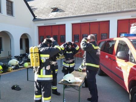 Kurzüberprüfung und das richtige Anlegen der Atemschutzgeräte